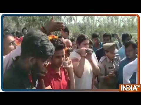 Amethi के BJP कार्यकर्ता के शव को Smriti Irani ने दिया कंधा