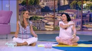 In genunchi si cu un tricou provocator! Ora de yoga cu Ana Morodan
