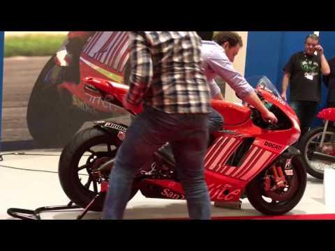 Casey stoner's 2008 800cc MotoGP bike start up and Rev LOUD!!