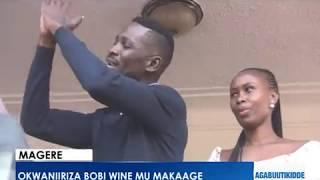 Okwaaniriza Bobi Wine mu maka ge.Abantu beeyiye mu kaka ge. thumbnail