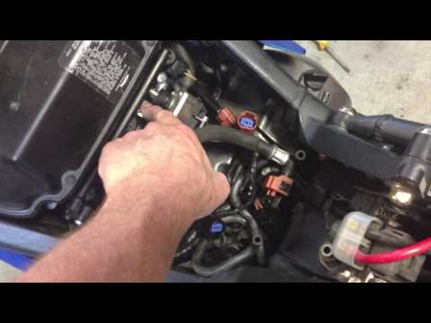 Andy's DIY: How to remove tank and clean injectors with cheap DIY tool (Triumph Daytona 675 )