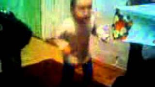 прекольное видео Танцующий ребенок(как жуков заводит детей., 2014-12-15T07:30:22.000Z)