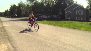 Un épais sur son vélo a moteur