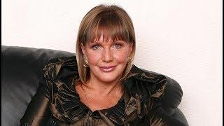 Внешний вид Елены Прокловой поверг фанатов в ступор: 65-летняя актриса надела короткое черное платье