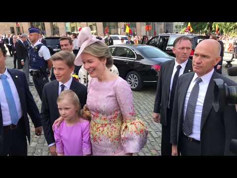 Koninklijk gezin van België ontmoet publiek op feestdag