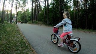 Алина первый раз едет на велосипеде без дополнительных колесиков