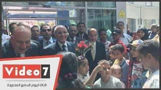 أطفال مستشفى 57357 يستقبلون وزير الإنتاج الحربى بالورود