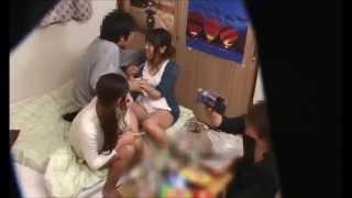 型男朋友把兩位正妹帶到我家!灌醉她們後大玩國王遊戲!