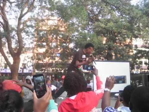 Eko dydda performing Cheza chini,cheza ndogo