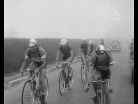 Gino Bartali taglia il traguardo del giro del Piemonte a Torino (1937)