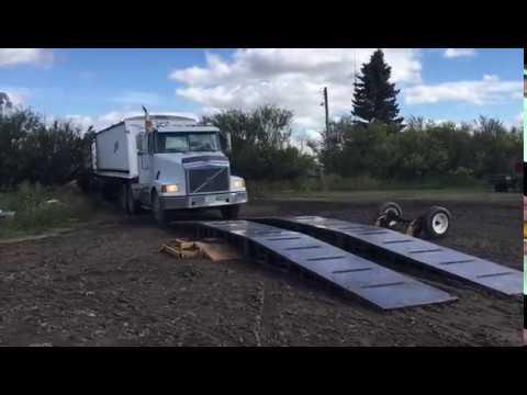 Drive-over conveyor belt unloader - driving onto the unit