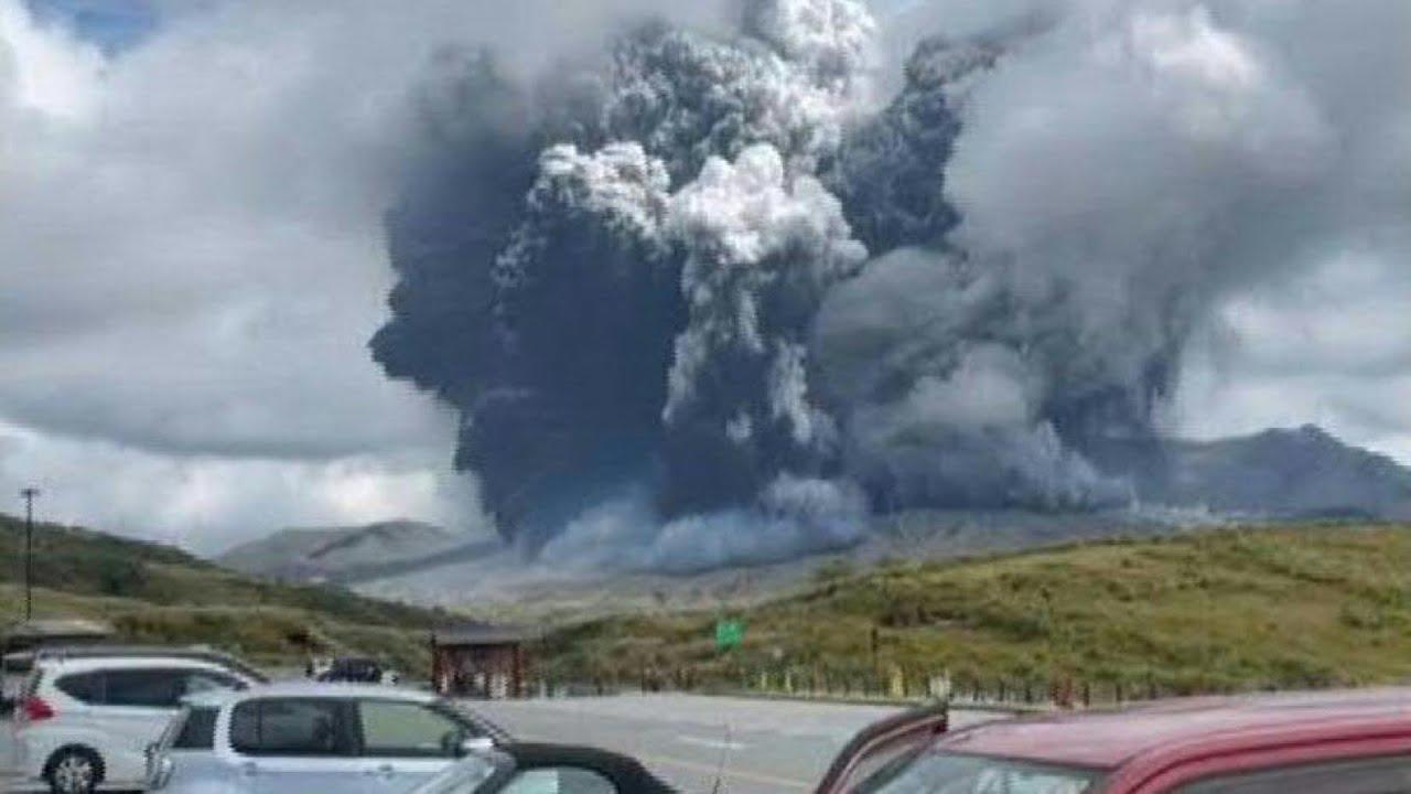 Download Tausende Meter hohe Aschewolke über japanischem Vulkan Aso | AFP