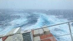 Containerschiff gerät in extreme Schieflage