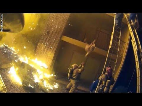 شاهد.. إطفائيون شجعان يمسكون بأطفال يقذفون وسط النيران  - نشر قبل 47 دقيقة