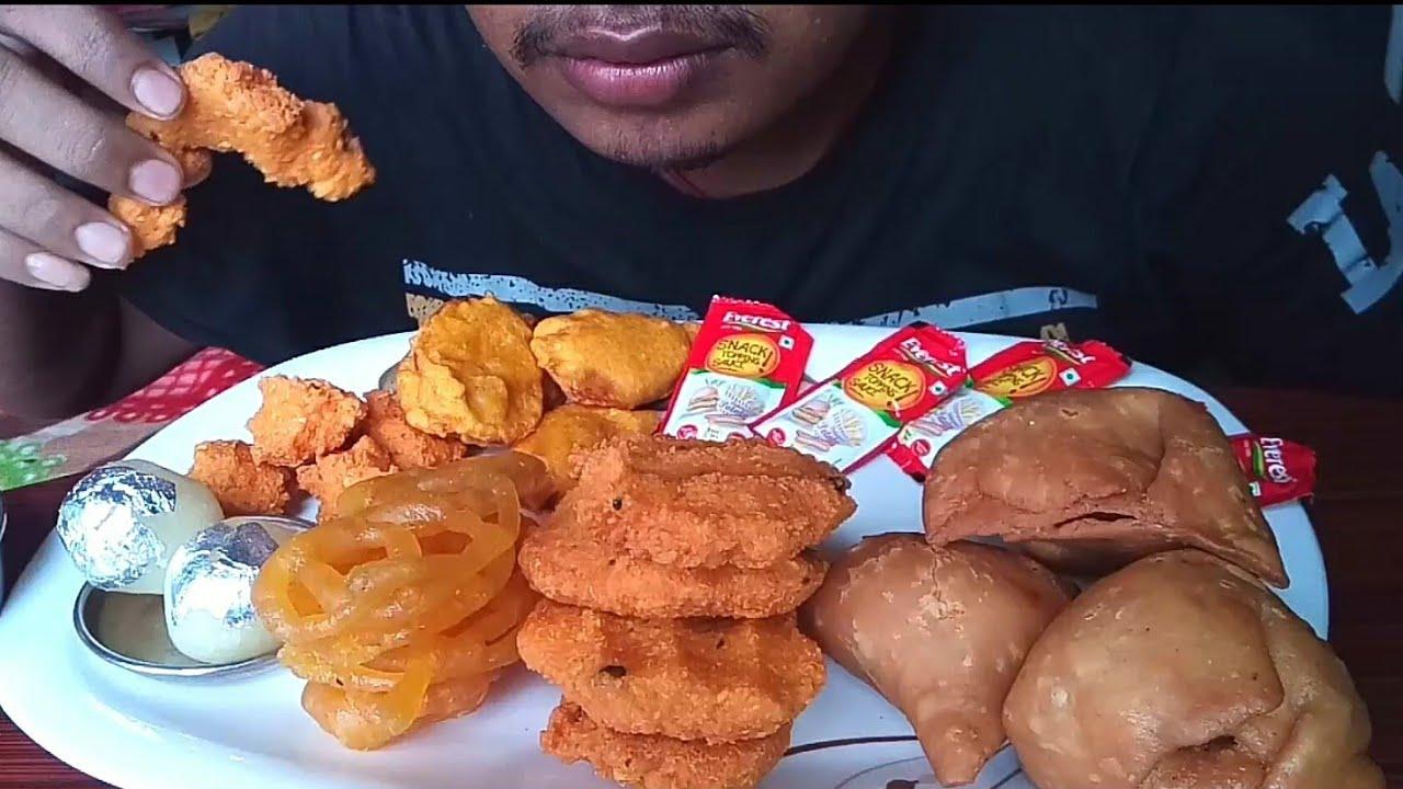 STREET FOOD EATING SAMOSA   BRINJAL BAJJI   Onion Pakoda with Jalebi & Rasgula #INDIAN FOOD ASMR