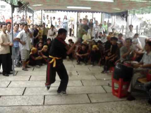 Múa đạo tỳ phục vụ đám ma ở miền quê