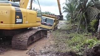 evakuasi dump truck dengan komatsu pc200 longarm