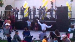 El Borracho Loco dancing to el mariachi Loco