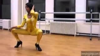 Seksi kızlar çılgınca dans ediyor  Sexy girls dancing crazy