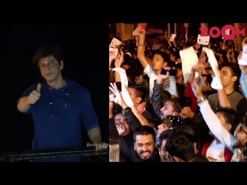 71e401ba136e9 Shah Rukh Khan thanks his fans on his birthday outside Mannat - YouTube