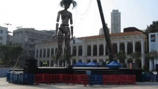 Огромная тетка на шарнирах в Макао (Китай)