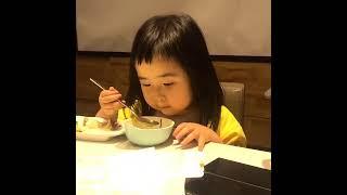 Foodie XiaoMan 超萌小吃貨~小蛮殿下向各位説聲吃飯啦!🍚🥣👧🏻😋 #54個月 #meal #baby #eatingmachine  #food #小蛮 #xiaoman