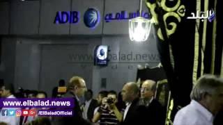 بالفيديو.. حسين فهمى ومحافظ بنى سويف فى عزاء طارق سليم