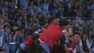 キックオフ直後に相手の最終ラインでボールを奪い去った小林 悠(川崎F...