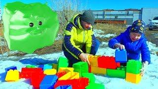 Рома и папа играют с конструктором и машинками Рома и Хелпик
