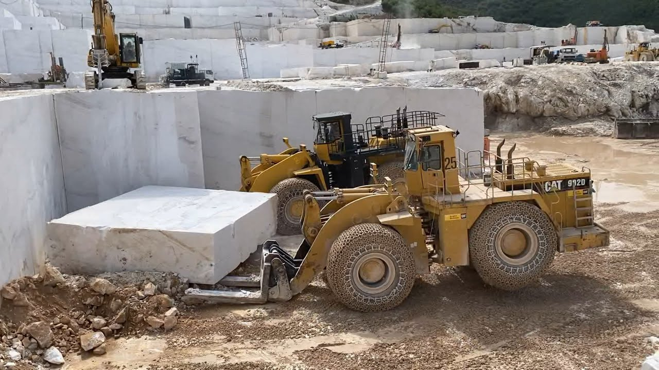 Caterpillar 992D And Komatsu WA900 Wheel Loaders Pulling 220 Tonnes Marble Colum - Birros Quarries