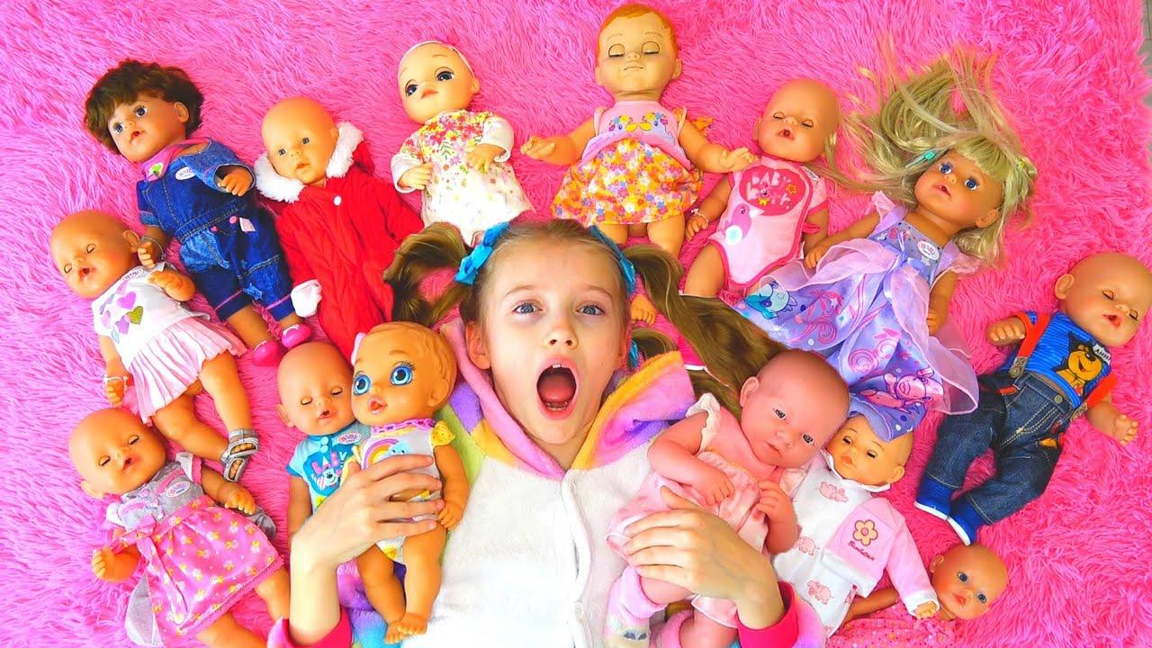 Полина играет и укладывает кукол спать