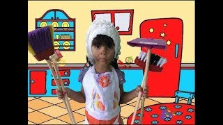 JULIA BRINCA DE LIMPAR A CASA E IRMÃ GEMEÁ  BAGUNÇA! KIDS PRETEND PLAY WITH CLEANING TOYS!