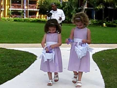 Wedding Flower Girl Makes a Big Entrance - metatube.com