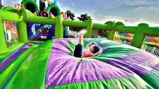 Brincando no Pula-Pula Inflável Gigante - Trampoline Stories Compilation