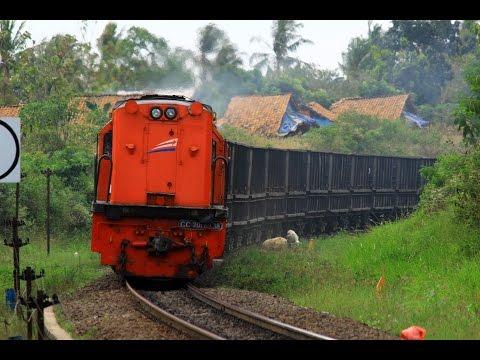 Kereta Api Barang Terpanjang di Indonesia KA Babaranjang