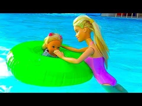 Кукла Барби и Штеффи в аквапарке! Детское видео с игрушками