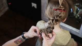 Prosty kok z warkoczyków, idealna fryzura dla dziewczynek