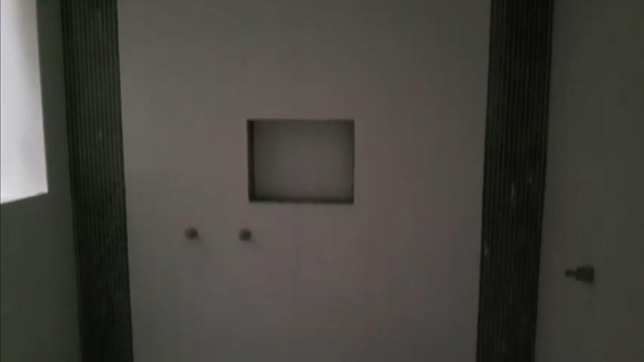 Banheiro com faixa de pastilha de vidro preta na vertical  YouTube -> Banheiro Com Faixa De Pastilha Preta