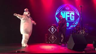 "Hayley Williams sings with New Found Glory ""Vicious Love"" dressed as The Stay Puft Marshmallow Man"