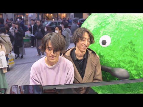 きのこの唄を渋谷で即興連弾するシュールな二人組【かてぃん×おと】