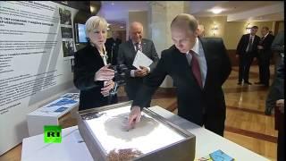 Владимир Путин нарисовал «смайлик» на песке в библиотеке МГУ