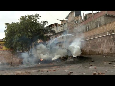 Tear gas and rock-throwing during clashes in Honduran capital