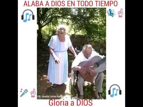Pareja de Ancianos Alabando a Dios