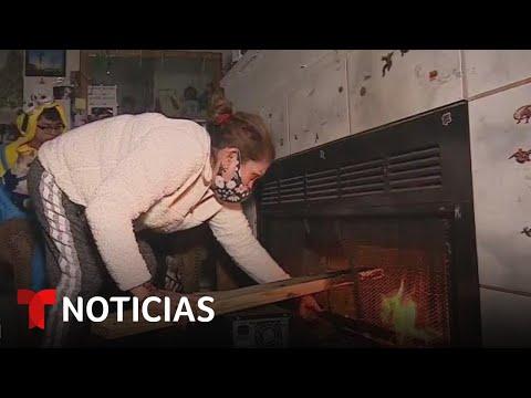 Familia en Texas quema sus muebles para calentarse | Noticias Telemundo
