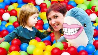 Чистим зубы в шоу Привет Бьянка с Машей Капуки и Акулой
