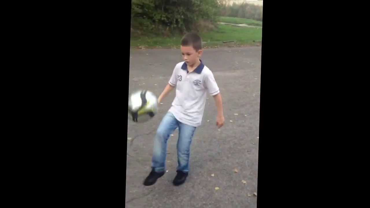 Gar on qui joue au foot tom youtube - Fille joue au foot ...