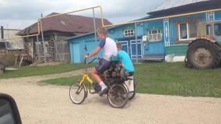 велосипед с мотором от бензопилы(Парни ездят на велосипеде с мотором от бензопилы, также установлена коляска справа от рулевого. Пермский..., 2016-08-01T16:02:09.000Z)
