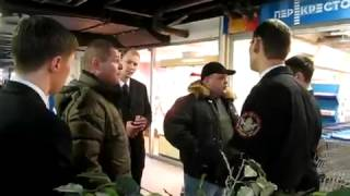 Охраники не пускают пьяных в магазин