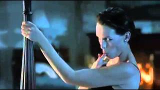 mentiras verdaderas,  Jamie Lee Curtis en un baile muy sensual mira que pasa