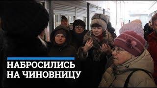 На чиновницу набросилась толпа торговцев  76.RU